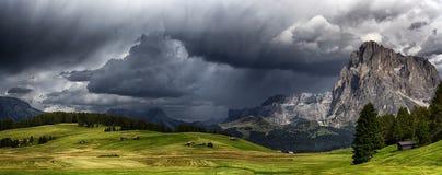 Tormenta sobre las montañas Fotos de archivo