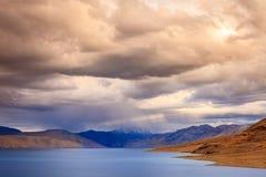 Tormenta sobre TSO Moriri del lago imagen de archivo
