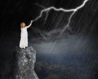 Tormenta surrealista de la lluvia, relámpago, nubes, muchacha