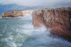 Tormenta y las ondas en la orilla Sagres, sao Vicente imagen de archivo libre de regalías