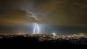 Tormenta y relámpago en la noche, ciudad de Viena, Austria fotografía de archivo