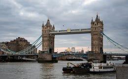 Torn över Themsen royaltyfria bilder