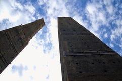 torn av Asinellien och Garisendaen i bolognaen Italien Royaltyfria Bilder