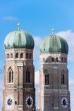 Torn av Cathedrale kyrktar vår dam Munich Arkivfoto