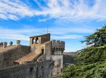 Torn av den Bracciano slotten, också som är bekant som Castello Orsini - Odescalchi rome Arkivbild