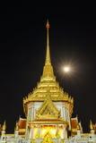 Torn av den buddistiska templet i Bangkok med fullmånen Royaltyfria Bilder