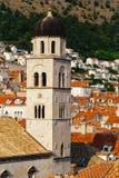 Torn av den Franciscan kloster eller kyrkan av det lilla brödraskapet i Dubrovnik, Kroatien royaltyfri bild
