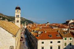 Torn av den Franciscan kloster eller kyrkan av det lilla brödraskapet på den Stradun gatan i Dubrovnik, Kroatien royaltyfri fotografi