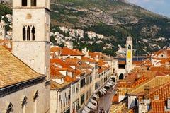 Torn av den Franciscan kloster eller kyrkan av det lilla brödraskapet på den Stradun gatan i Dubrovnik, Kroatien royaltyfri bild