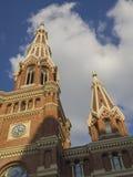 Torn av den gamla gotiska kyrkliga domkyrkan för röd tegelsten i Lodz Polen Royaltyfri Bild