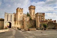 Torn av den härliga medeltida italienska staden Sermione Arkivfoton