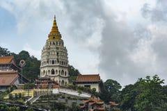 Torn av den Kek Lok Si Buddhist templet royaltyfria bilder