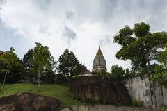 Torn av den Kek Lok Si Buddhist templet arkivbilder