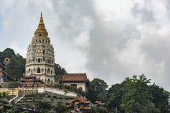 Torn av den Kek Lok Si Buddhist templet arkivfoton