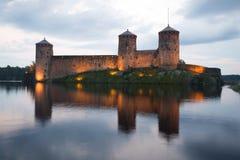 Torn av den medeltida fästningen Olavinlinna i bakgrunden av den molniga himlen Skymning Augusti i Savonlinna Arkivbilder