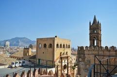 Torn av den Palermo domkyrkan med staden och ett berg i bakgrunden i Italien royaltyfria bilder