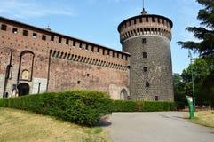 Torn av den Sforza slotten i Milan, Italien Slotten byggdes i det 15th århundradet av Francesco Sforza, hertig av Milan Royaltyfri Bild