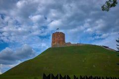 Torn av det Gediminas Gedimino tornet på kullen i Vilnius, Litauen royaltyfri bild