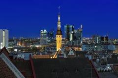 Torn av det Tallinn stadshuset på bakgrund av Tallinn som är i stadens centrum i afton Arkivbilder