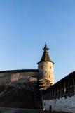 Torn av en medeltida fästning mot en blå himmel Royaltyfri Bild