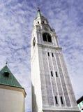 Torn av församlingkyrkan Santi Filippo e Giacomo Apostoli i Cortina d'Ampezzo royaltyfria bilder