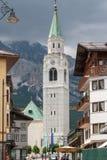 Torn av katolska kyrkan i Cortinad'Ampezzoen, Italien arkivfoton