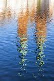 Torn av katolska kyrkan reflekterade i en flod Royaltyfri Bild