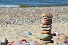 Torn av kiselstenar på den soliga stranden Arkivfoton