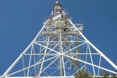 Torn av kommunikationsantennen med bakgrund för blå himmel royaltyfri fotografi