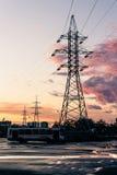 Torn av kraftledningar i förorterna på rosa moln Arkivfoton