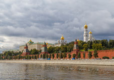 Torn av Kreml, en sikt från stranden Fotografering för Bildbyråer