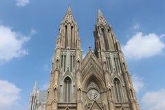Torn av kyrkan med klar bakgrund för blå himmel Royaltyfri Fotografi