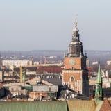 Torn av kyrkan av St Mary i Krakow som ses från fönstret av zygmuntklockan arkivfoto