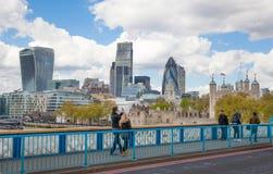 Torn av London väggar och moderna glass byggnader av affärsarian på bakgrunden Royaltyfri Bild