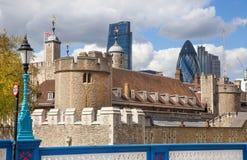 Torn av London väggar och moderna glass byggnader av affärsarian på bakgrunden Royaltyfria Foton