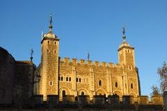 Torn av London, vitt torn i guld- solljus Royaltyfri Bild
