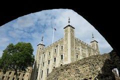 Torn av London, vitt torn som beskådas till och med båge Royaltyfria Foton