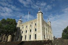 Torn av London, vitt torn under blå himmel Arkivfoton