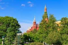 Torn av MoskvaKreml och byggnad av det statliga historiska museet mot blå himmel Sikt från den Alexandrovsky trädgården Royaltyfria Foton