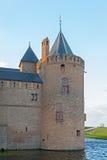 Torn av Muidersloten, en väl bevarad medeltida slott Royaltyfria Bilder