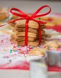 Torn av pepparkakan och matlagningpepparkakan i process bilder för julkakafind ser mer min portfölj samma serie till Royaltyfria Foton