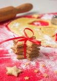 Torn av pepparkakan och matlagningpepparkakan i process bilder för julkakafind ser mer min portfölj samma serie till Arkivbild