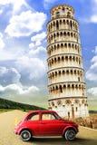 Torn av Pisa och den gamla röda bilen Plats för Italien retrò Arkivbilder