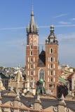 Torn av St Mary & x27; s-basilika på den huvudsakliga marknadsfyrkanten, Krakow, Polen royaltyfri fotografi