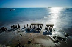 Torn av tegelstenar på stranden Arkivfoto