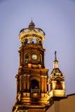 Torn av vår dam av den Guadalupe kyrkan på natten - Puerto Vallarta, Jalisco, Mexico royaltyfri fotografi