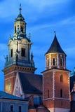 Torn av Wawel den kungliga domkyrkan i Krakow vid natt Royaltyfri Bild