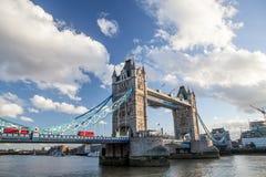 torn bridge1 berömd landmark london Röd buss som korsar Themsen arkivfoton