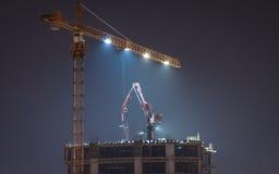 Torn Crane On Top Of en skyskrapa i natten Arkivfoton