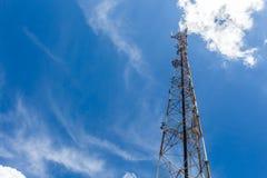 Torn för antenn för mobiltelefonkommunikationsrepetervapen, med blå himmel och vita moln royaltyfria bilder